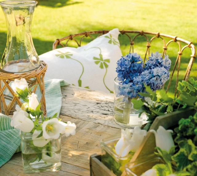 Kerti asztaldekoráció virágokkal