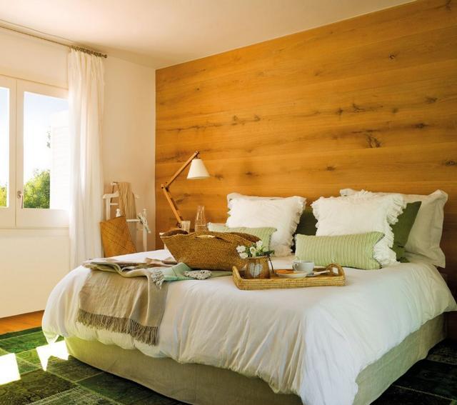 Hálószoba fa falburkolattal zöld tónusú lakástextil