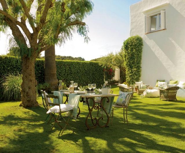 Spanyol mediterrán kert kovácsoltvas bútorokkal