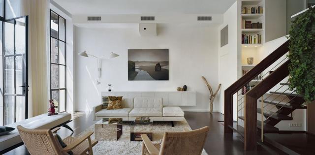 Modern letisztult nappali festménnyel