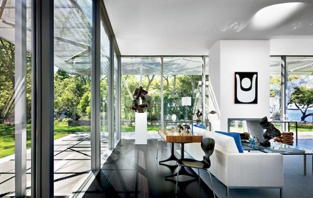 Modern szobrok és festmények egy amerikai otthonban