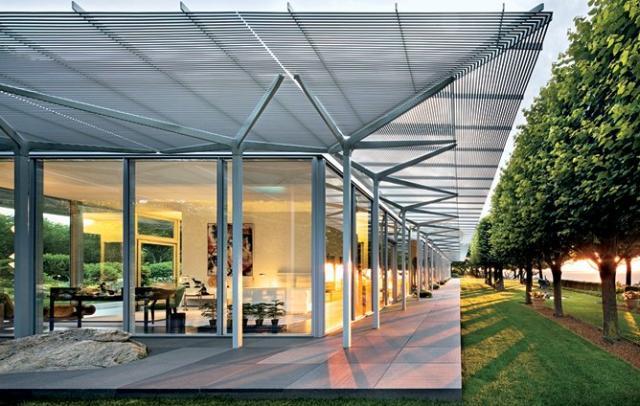 Acélvázas üveg épület és kert