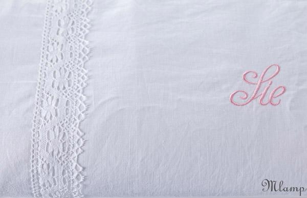 Ágytakaró: vászon és damaszt ágytakaró hímzett párnahuzatokból csipke rátéttel.