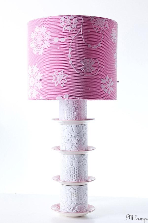 Porcelán asztali lámpa: angol porcelán csészealátétek, Hollóházi Porcelán bögrék csipkeborítással.