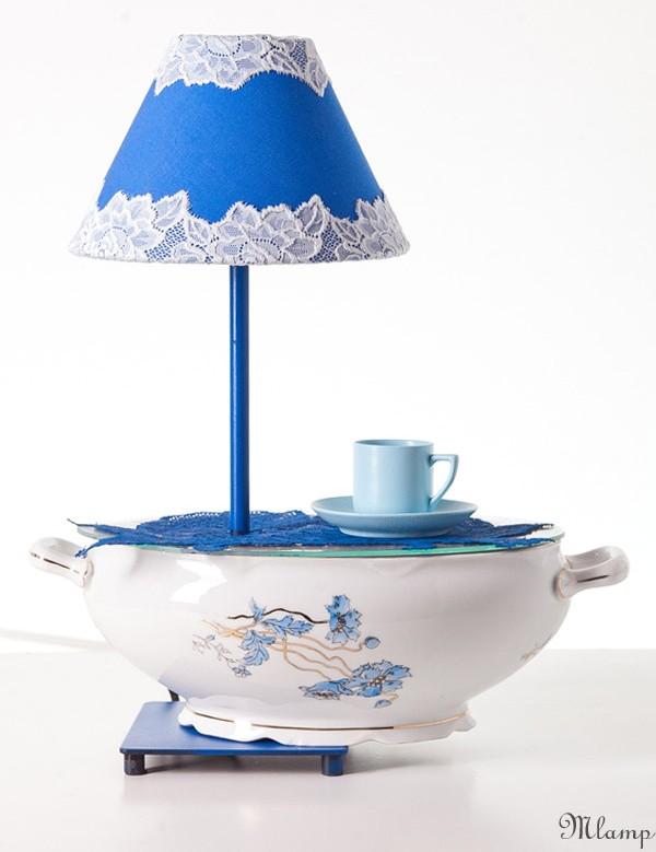 Porcelán asztali lámpa: kék virágmintás ovális cseh porcelán levesestál, csipke rátéttel, fém lámpatest.