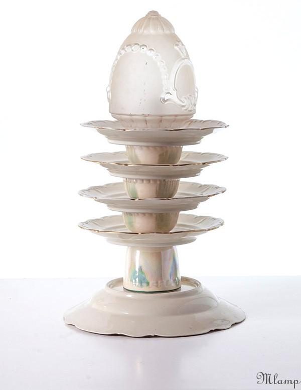Porcelán asztali lámpa: Bavaria mély- és desszertes tányérok, román eozin mázas gránit csészék és cukortartó, homok-fúvott csillárbúra.