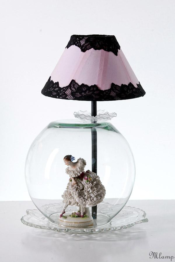 Üveg asztali lámpa: Volkstedt porcelán balerina, gömbváza alatt.