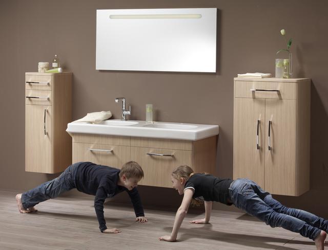 Világos fiókos fürdőszoba bútor