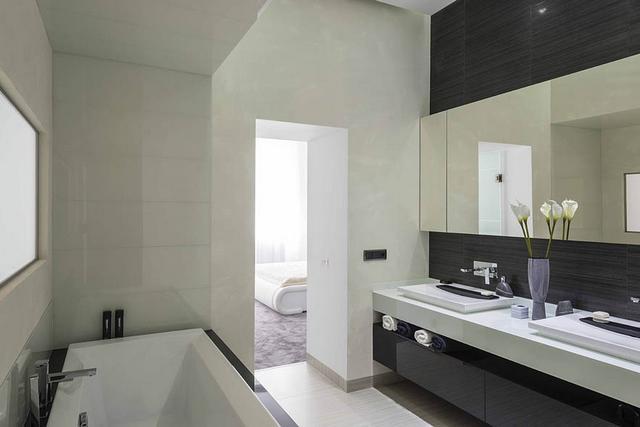 Minimál fürdőszoba magasfényű bútorokkal