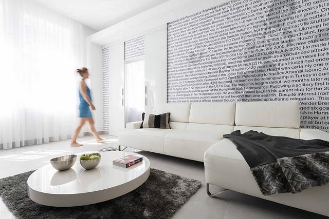 Minimál lakás fehér kanapékkal