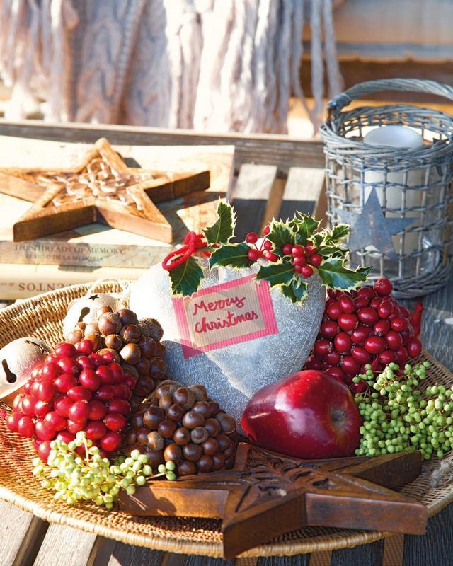 Karácsonyi asztaldekoráció termésekkel
