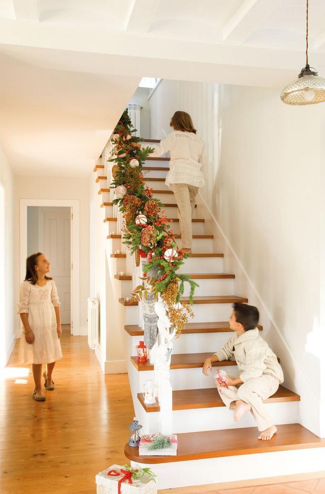 Karácsonyi lépcsődekoráció fenyőággal