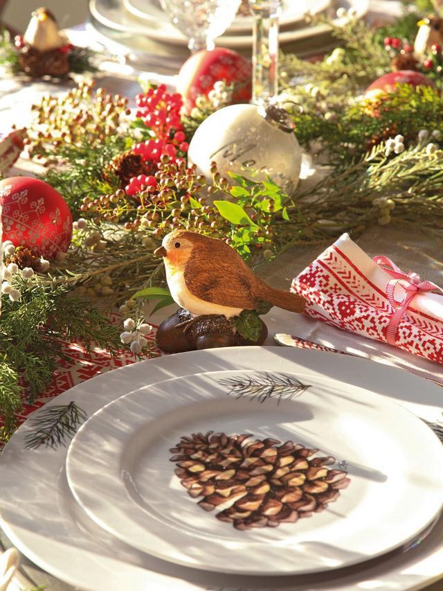 Karácsonyi asztaldísz és toboz mintás étkészlet