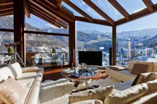 Luxus lakberendezés, fehér bőr és szőrmék - faház a Matterhorn lábánál
