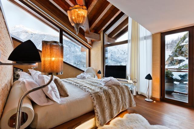 Luxus hálószoba Bang Olufsen hangszóróval