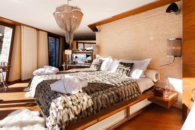 Szőrme ágytakaró és olvasólámpa