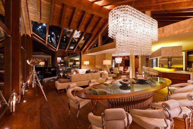 Luxus chalet, faház, fehér nappali bőr bútor