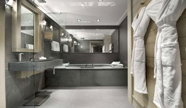 Hálószobából nyíló modern fürdőszoba