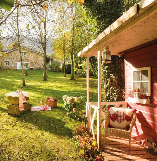 Vidéki ház kertje különálló házzal