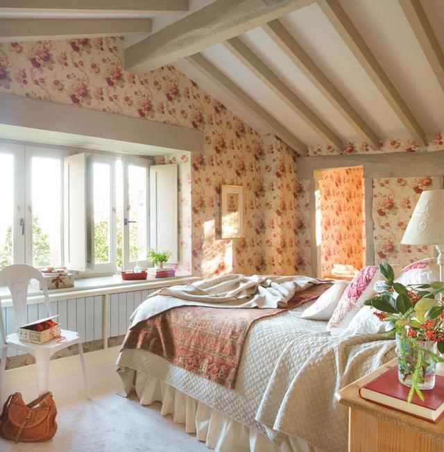 Romantikus hálószoba virágos tapétával