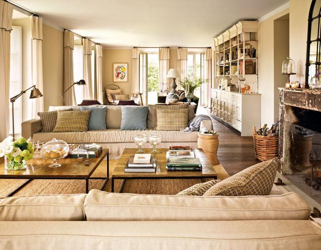 Mediterrán stílusú nappali, kanapé, nagy párnákkal
