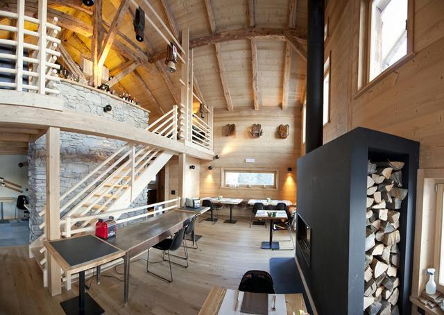 Alpesi faház belső faburkolattal