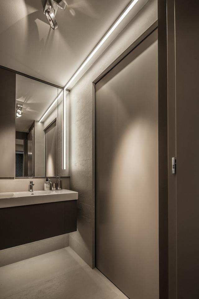 Fürdőszoba beépített gépekkel és tolóajtó