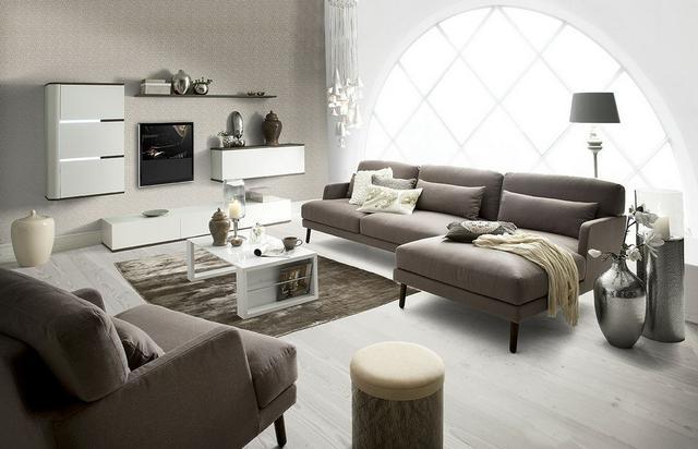 IDdesign semleges színű barnás kanapé dán lakberendezés