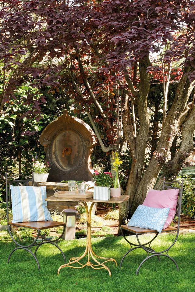 Kerti kút és kovácsoltvas kerti bútorok