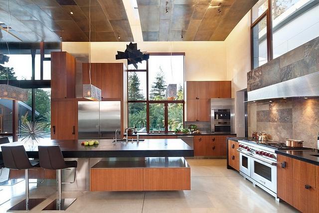 Modern konyha nagy munkapulttal