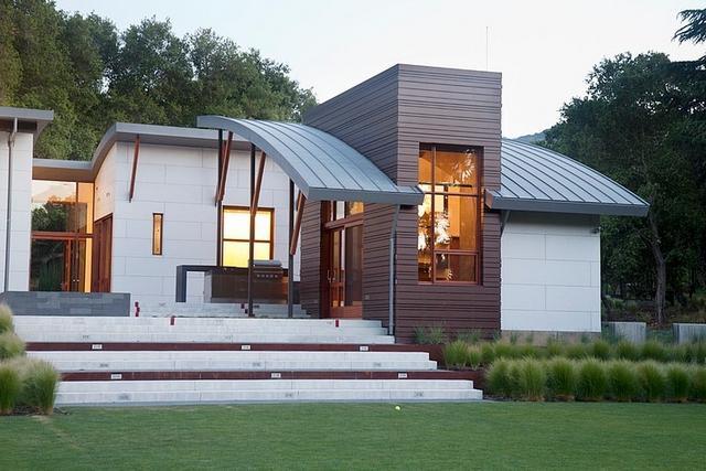 Modern földszintes ház ívelt tetővel
