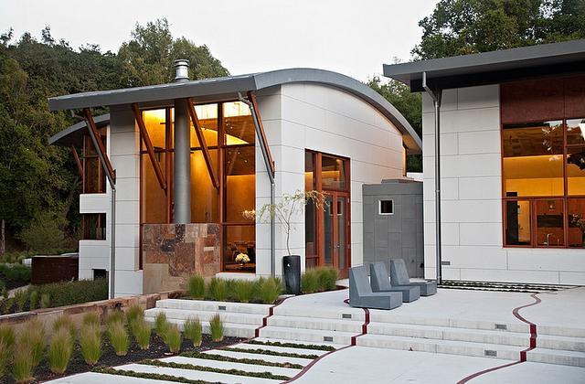 Modern ház egyedi tetőszerkezettel