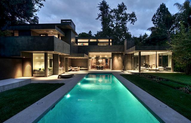 Modern ház kültéri világítással