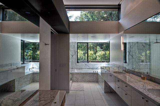 Tágas modern fürdőszoba