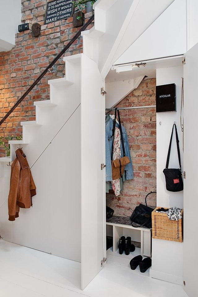 Lépcső alatti fogas, és ruhatárolás, előszobafal