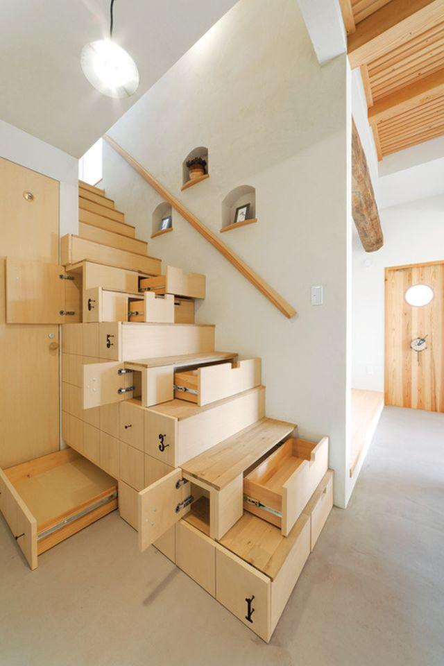 Lépcső alatt fiókos szekrény
