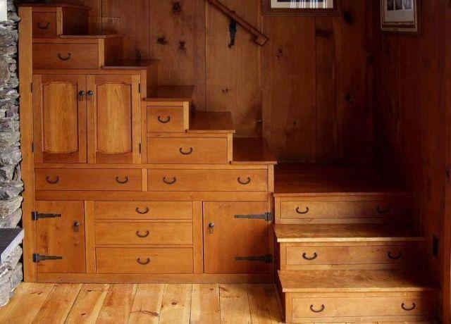 Rusztikus lépcső alatti szekrény