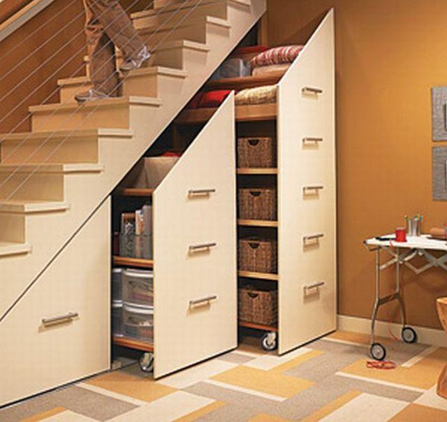 Lépcső alatti szekrény görgős szekrényekkel
