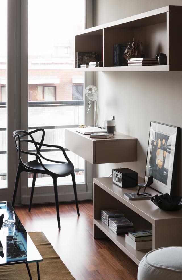 Falra szerelt nappali bútor