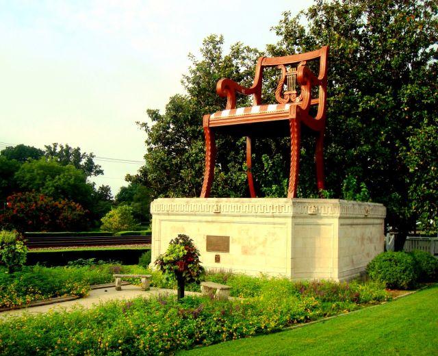Thomasville szék - szobrot kapott a legenda