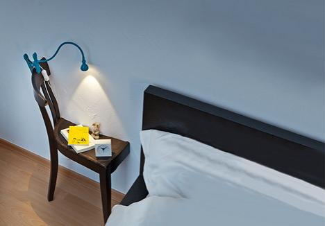 Kettéfűrészelt szék mint éjjeli asztal