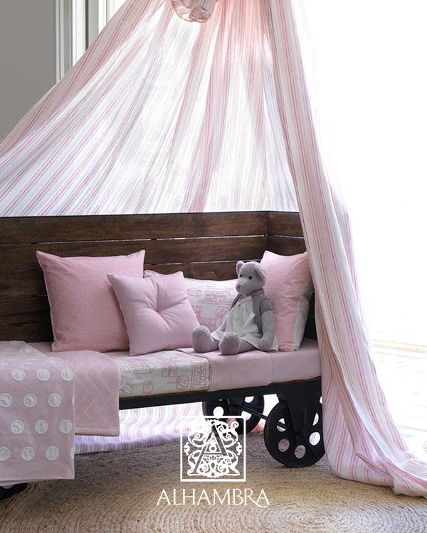Rózsaszín gyerekszoba párna, és maci