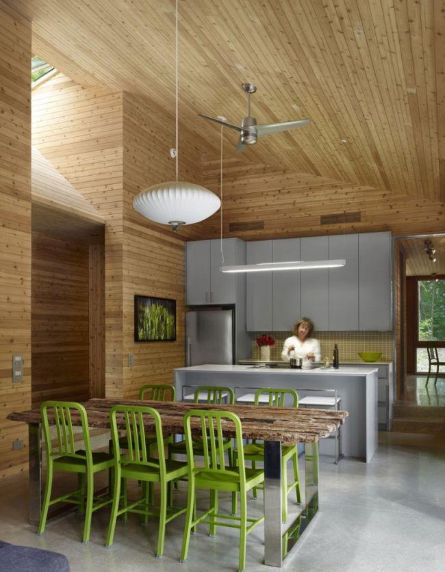 Minimalista konyha és természetes fa étkezőasztal