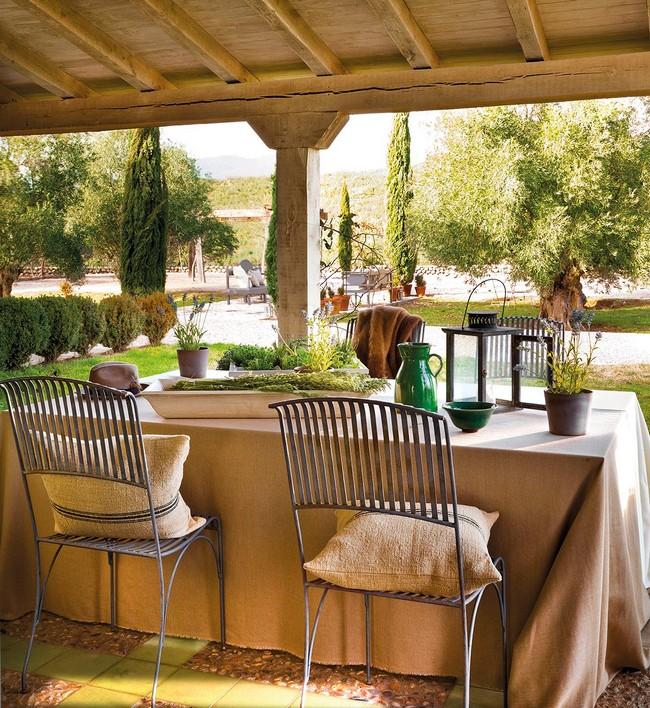 Kovácsoltvas bútorok mediterrán kertben