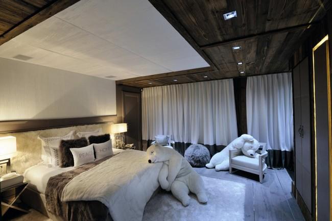 Fehér hálószoba és játék jegesmedvék