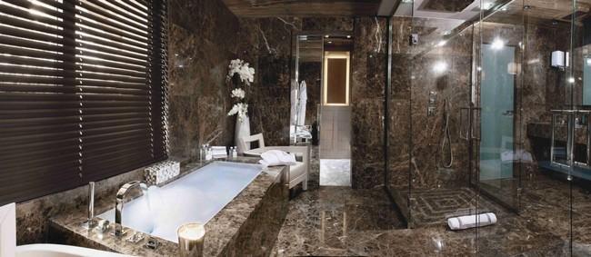 Gránit burkolatos barna fürdőszoba
