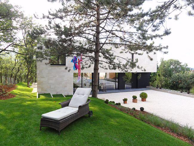 Modern ház kertje nyugággyal