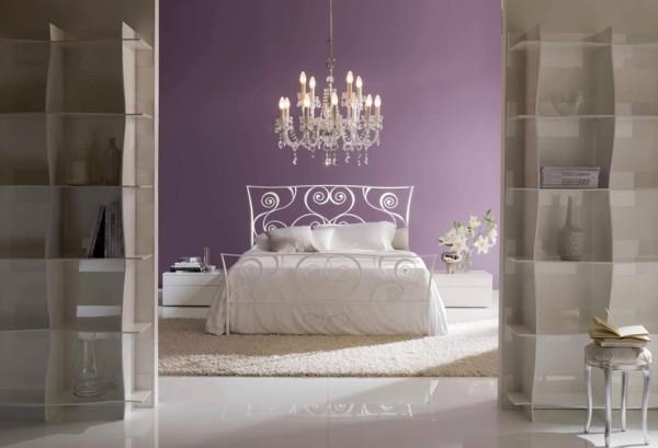 Fehér kovácsoltvas ágy lila hálószobában