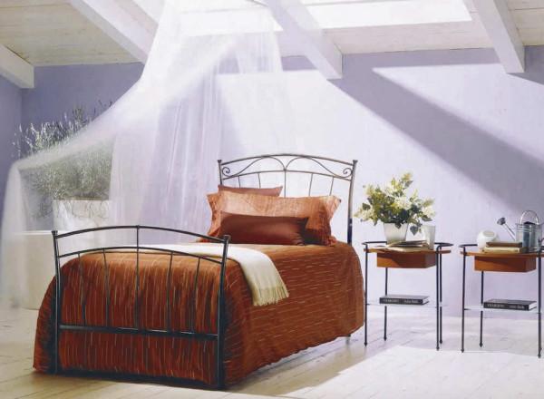 Egyszerű vonalú kovácsoltvas ágy és éjjeliszekrény