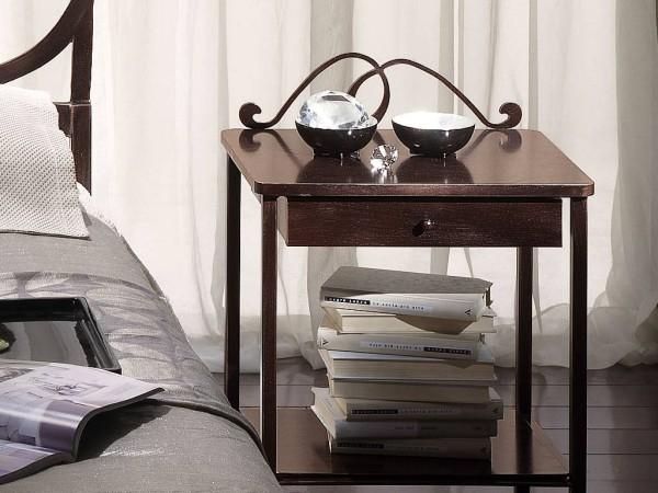 Lerakóasztalka ágy mellett diszkrét kovácsoltvas dísszel